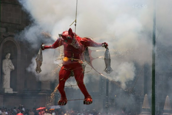 La quema de Judas una de las  tradicionales en la capital mexiquense