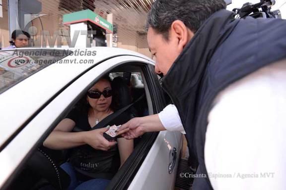 Oscar González devuelve impuesto a quienes cargan gasolina