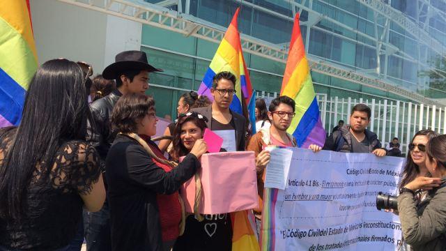 Miembros de la comunidad LGBTTTI acudieron al Instituto Electoral del Estado