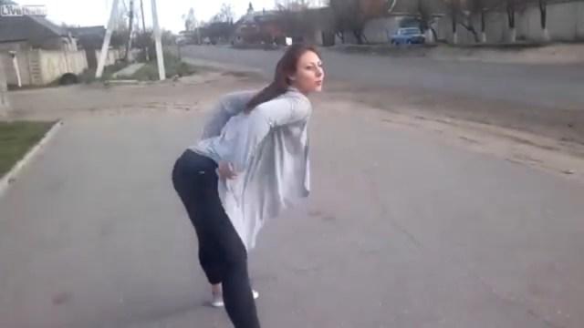 VIDEO: Joven baila en la carretera y provoca choque