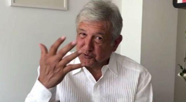 López Obrador ríe en medio de la crisis