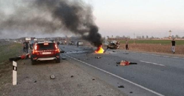 Motociclistas chocan contra auto en Rusia (Video)