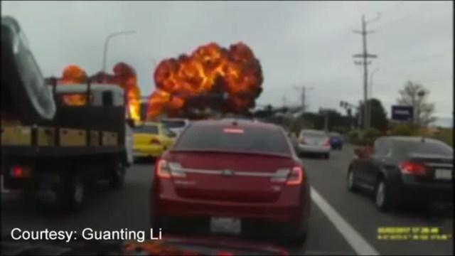 VIDEO: Cae pequeño avión en carretera de EEUU