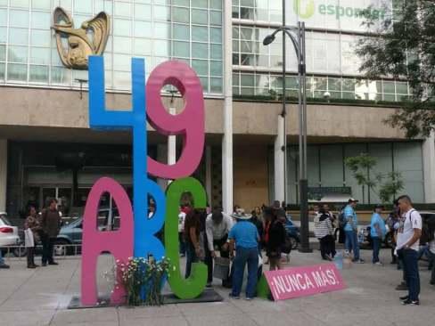 Instalan escultura en memoria de niños de Guardería ABC frente al IMSS