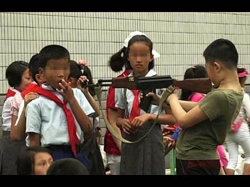 Celebran el Día del Niño en Norcorea con 'AK-47' y granada