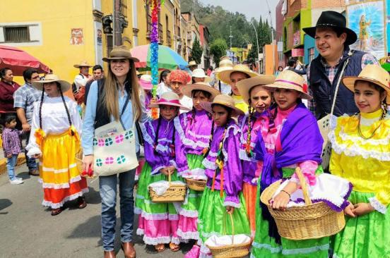 Premia Alcalde de Metepec a familias participantes en el paseo de la agricultura