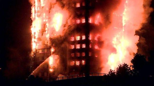 Las llamas devoran una torre residencial en Londres