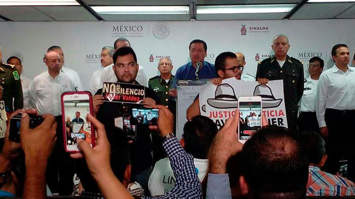 Periodistas dan la espalda a Osorio Chong en protesta por espionaje