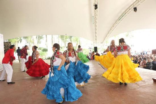 Más de 500 abuelitos de Toluca disfrutan de gran celebración