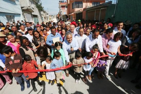 Festeja alcalde de Toluca Día del Padre con entrega de obras