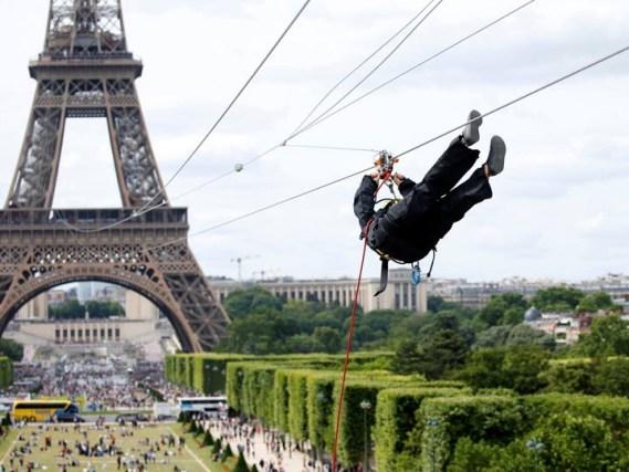 Colocan tirolesa en la Torre Eiffel