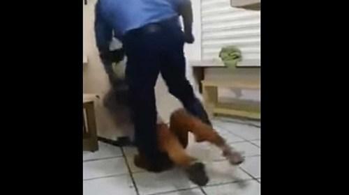 VIDEO: Padres golpean a su hija para que confiese 'noviazgo'