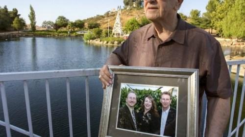 Un padre sepulta a su hijo y días después se entera que está vivo