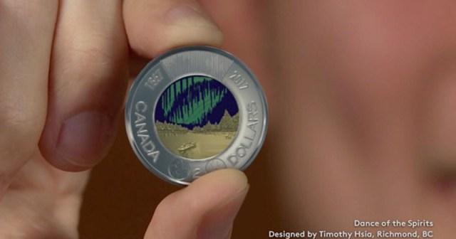 Moneda canadiense tiene una aurora boreal que brilla en la oscuridad