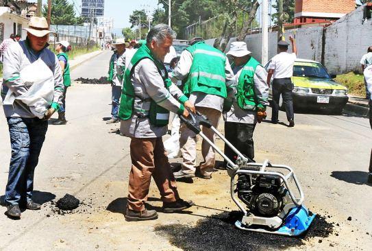 Fernando Zamora le entra a tapar baches en calles de Toluca