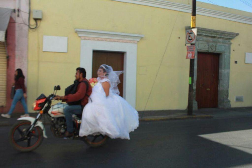 La historia viral de una novia atrapada en un atasco en Oaxaca que logró llegar a su boda gracias a un motociclista