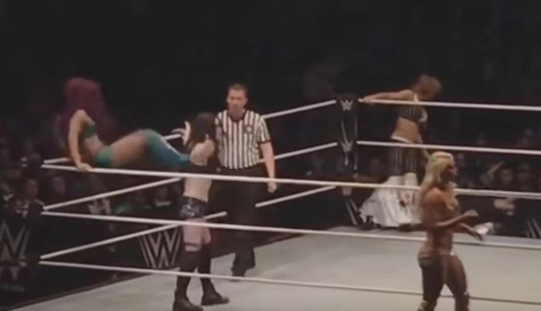 Luchadora profesional no volverá a la WWE tras brutal patada en la espalda [VIDEO]