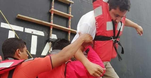 Rescatan a 8 tripulantes de un barco hundido en Veracruz