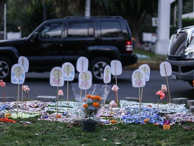 Padres de víctimas del Rébsamen esperan a Sheinbaum afuera del debate
