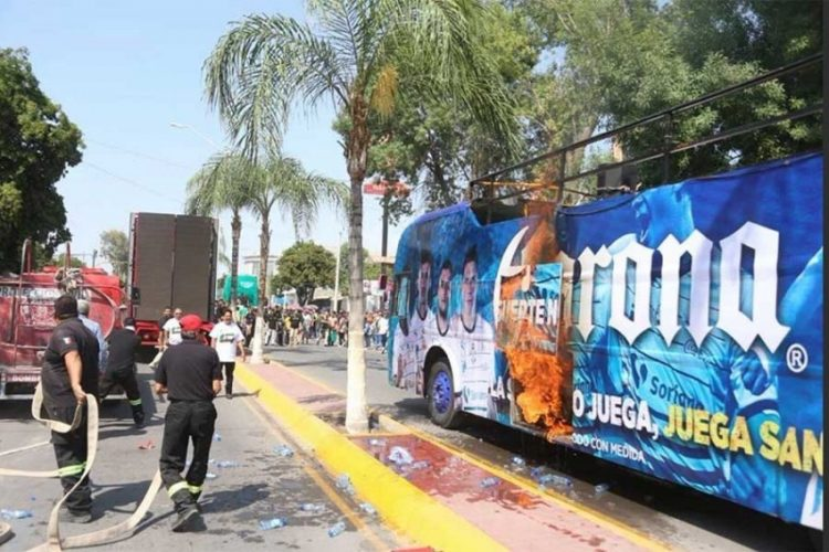 Se incendia autobús en el que Santos desfilaría