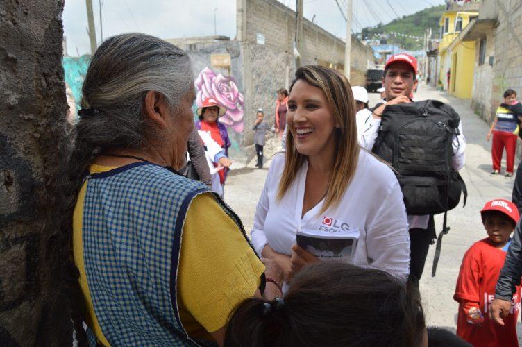 Olga Esquivel Hernández escucha a las Amas de Casa en Tlacotepec