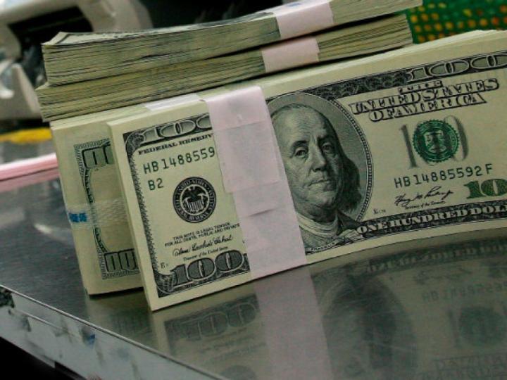 Dólar se dispara a su peor nivel en más de un año