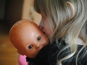 Niña de cinco años y su muñeca son operadas del corazón