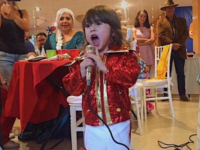 Niña se disfraza de Luis Miguel en fiesta de cumpleaños