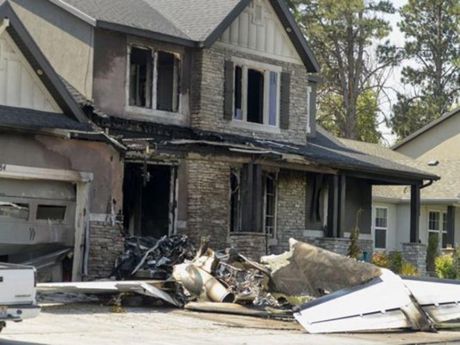 Hombre estrella avioneta contra su propia casa con esposa e hijo adentro