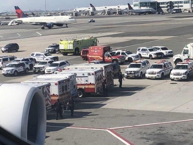 Un avión de pasajeros aterriza con 10 pasajeros enfermos