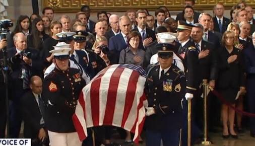 Obama y Bush pronunciaron emotivos discursos en homenaje a McCain; Trump juega golf