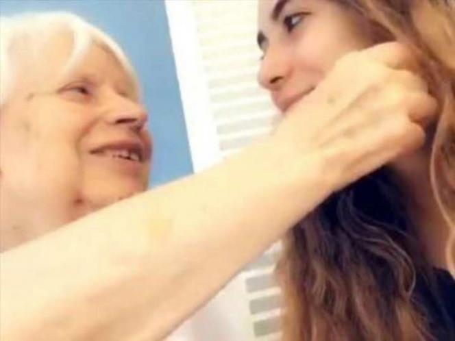 Anciana con Alzheimer toca a su nieta para recordarla (VIDEO)