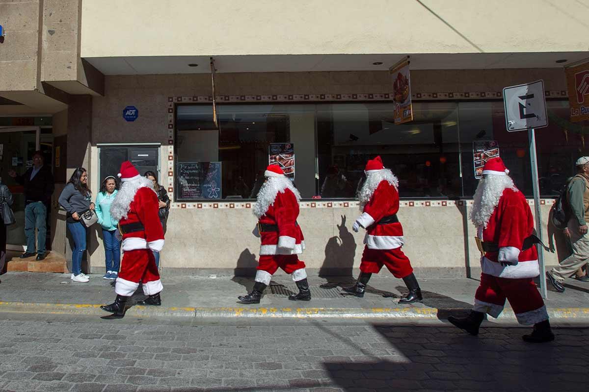 Vestidos de Santa Claus recorren las calles los policías de Monterrey