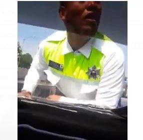 Conductor se lleva en el cofre a un policía para evitar multa en el Edomex