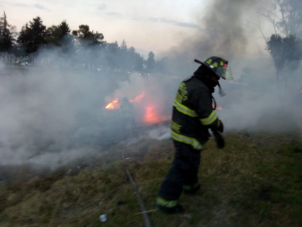 Auto se incendia en la Toluca-Atlacomulco