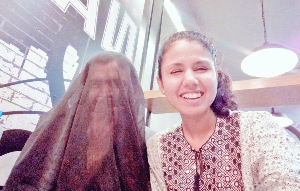 Resultado de imagen para Una activista pakistaní enciende las redes con una foto de su esposo llevando burka