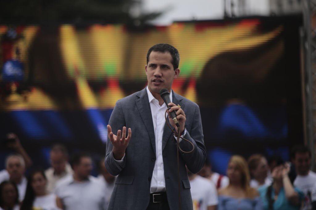 Llama Juan Guaidó a alzamiento militar para derrocar a Nicolás Maduro