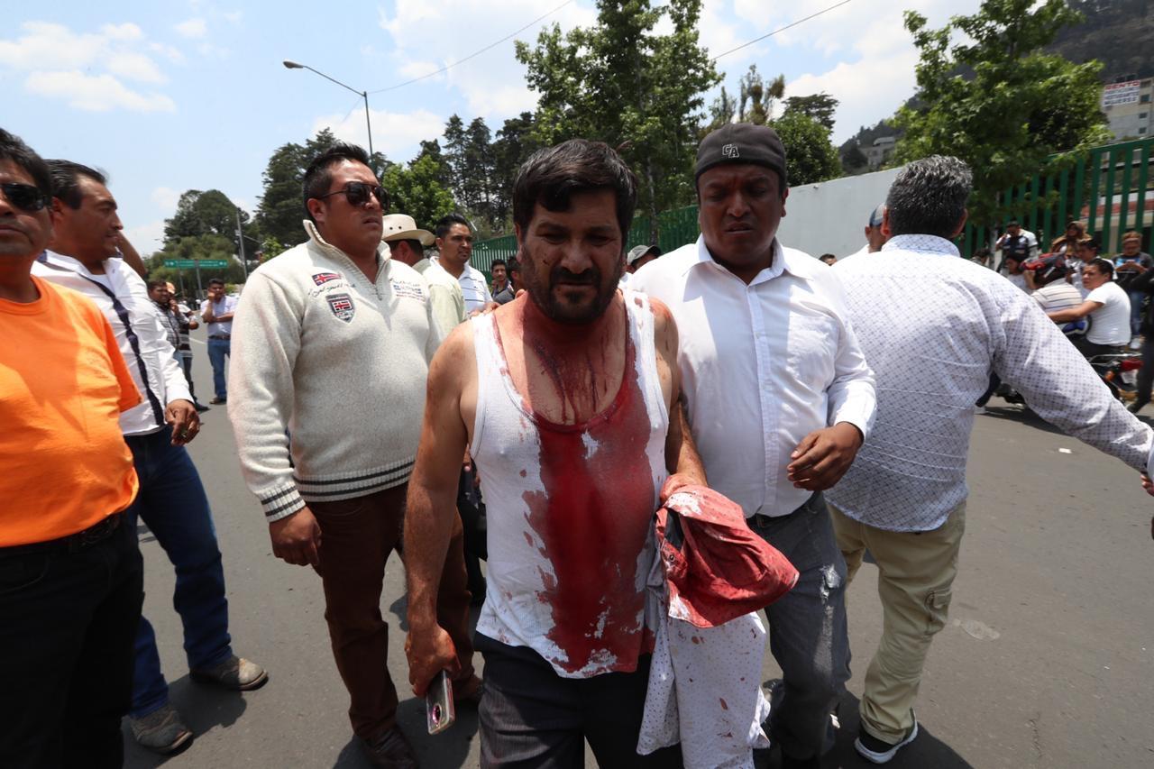 Taxistas bloquean Adolfo López Mateos tras enfrentamiento con policías
