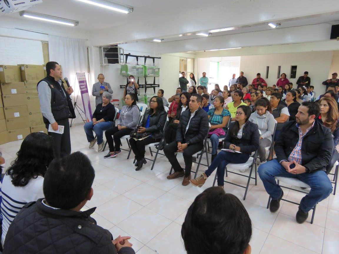 Beneficia SEIEM a 350 estudiantes de secundaria con mobiliario escolar