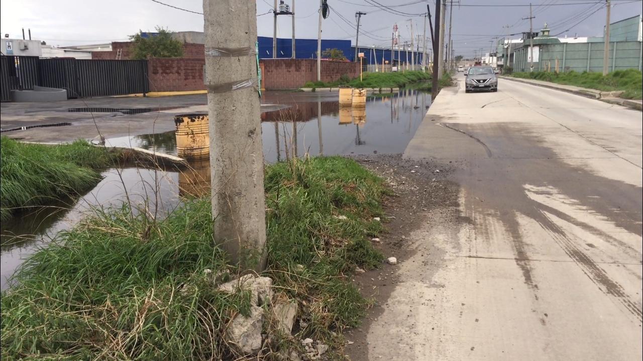 Con lluvias comienzan los desbordes de canales de aguas negras