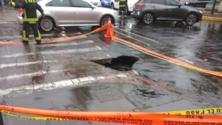 Camioneta de lujo cae a socavón en Polanco
