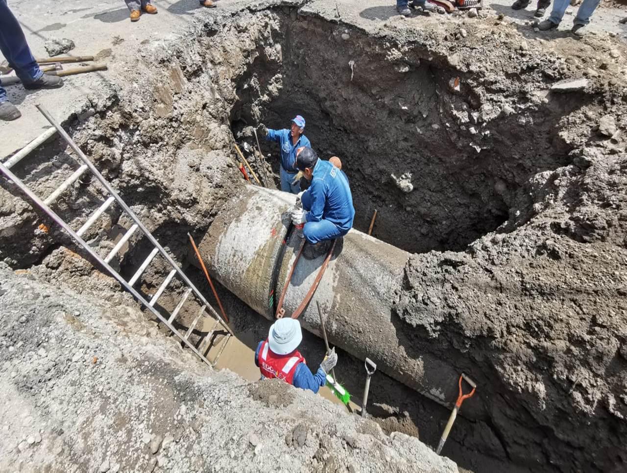 OAYST  y CAEM reparan fuga de agua en línea de conducción del Sistema Cutzamala