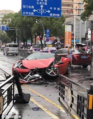 Una mujer china salió de la agencia de renta de autos, perdió el control de un Ferrari 458 (con valor de 13 millones de pesos), y se estrelló contra un BMW que cruzaba del otro lado de la calle.