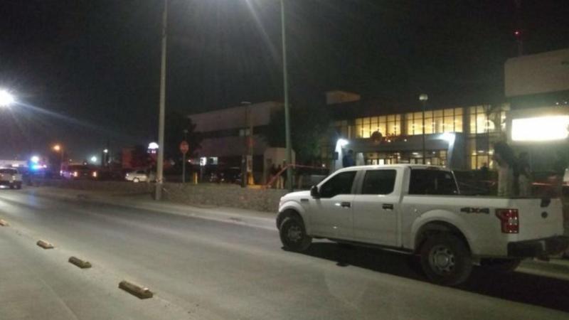 Un grupo armado disparó anoche contra el edificio de Gobierno del Estado de Chihuahua, en Ciudad Juárez, ubicado en la avenida Eje Vial Juan Gabriel, lo que dejó un saldo de un guardia de seguridad privada lesionado.