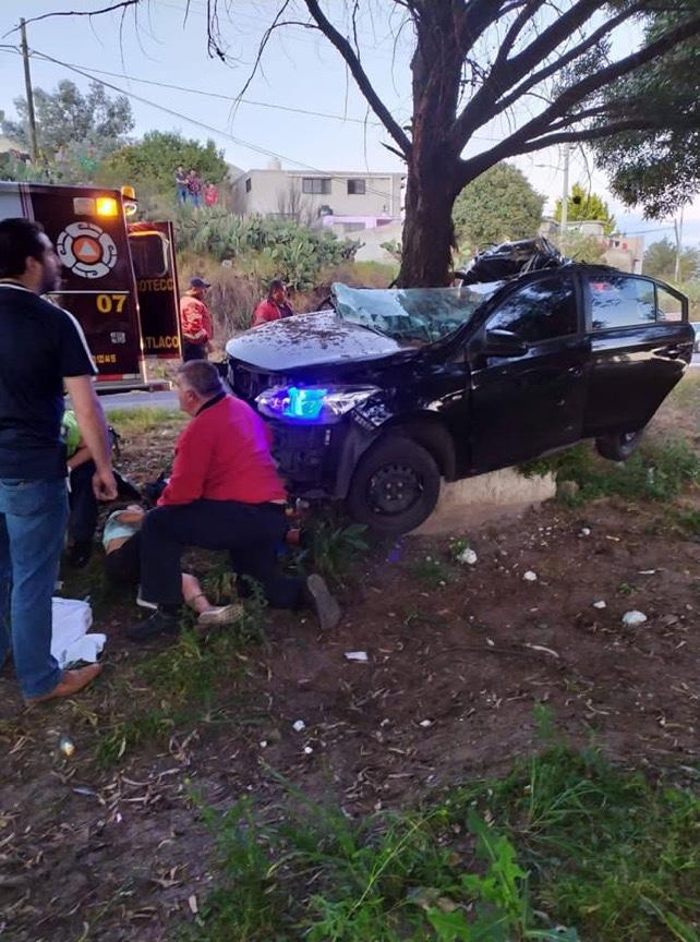 Auto se impacta contra un árbol en Atlacomulco y deja dos muertos