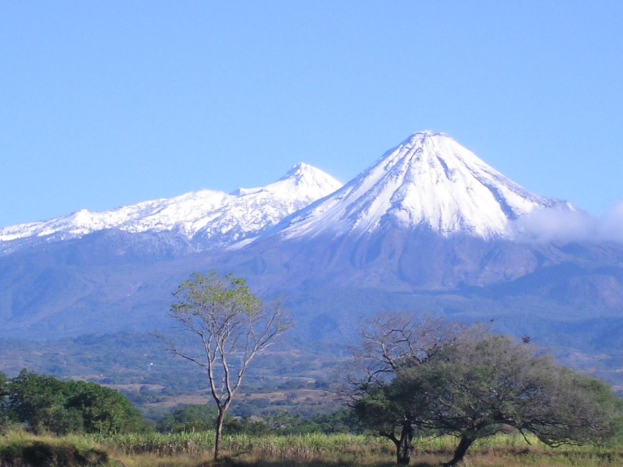 El Nevado y el Volcán de Fuego de Colima se cubren de nieve en mayo por primera vez