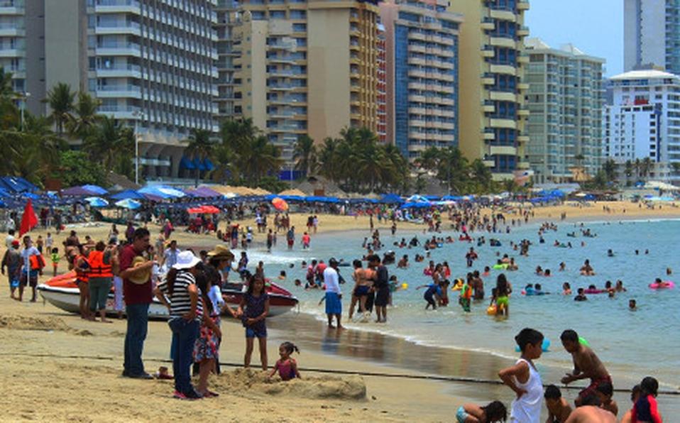 Militares retiran a turistas de las playas de Acapulco para evitar contagios de COVID19