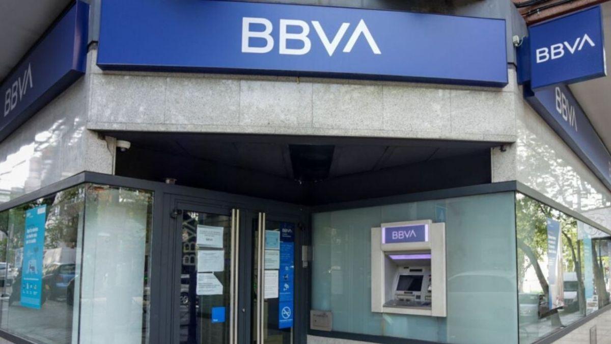 Obligan a empleada de banco a usar un cinturón explosivo y roban 14 mdp