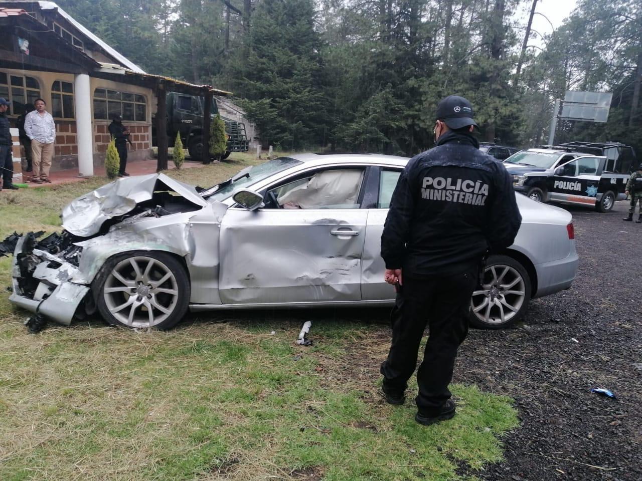 Tras persecución estampan auto de lujo y son detenidos en faldas del nevado de Toluca