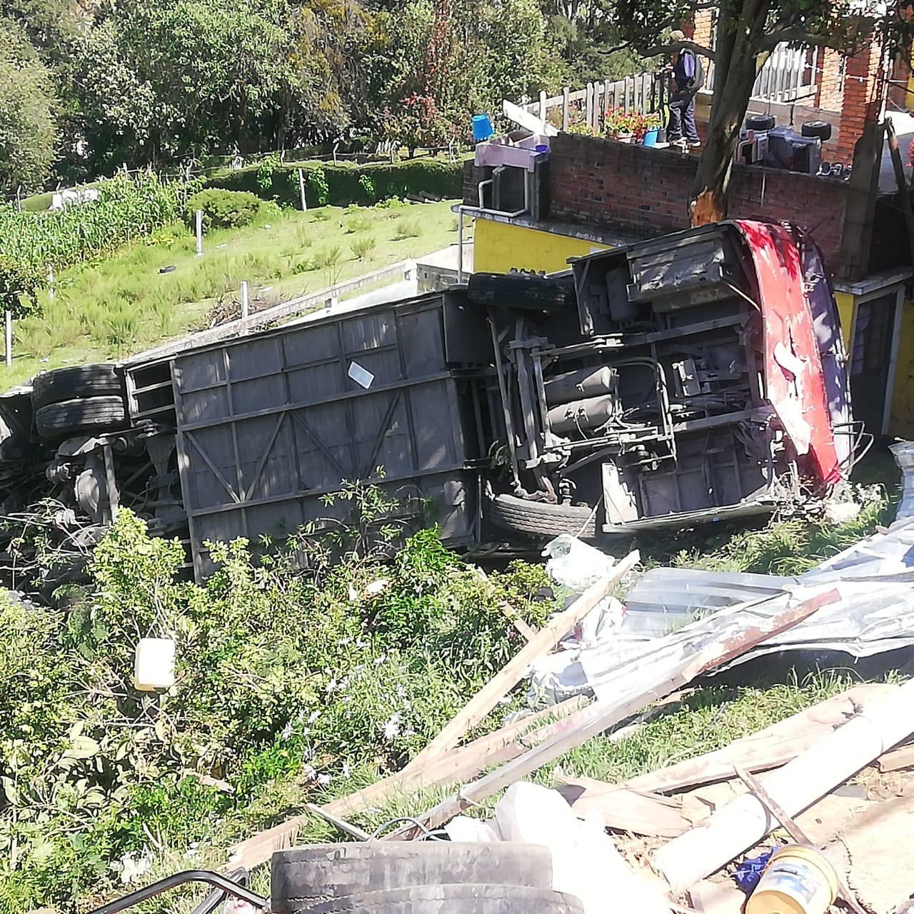 VIDEO: Tragedia en Isidro Fabela; autobús vuelca y deja dos muertos y 16 lesionados